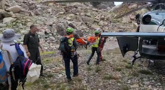 La Guardia Civil auxilia a cuatro accidentados en cuatro rescates en Panticosa y Aso de Sobremonte. En la imagen, rescate de un montañero accidentado cuando descendía el Balaitous.
