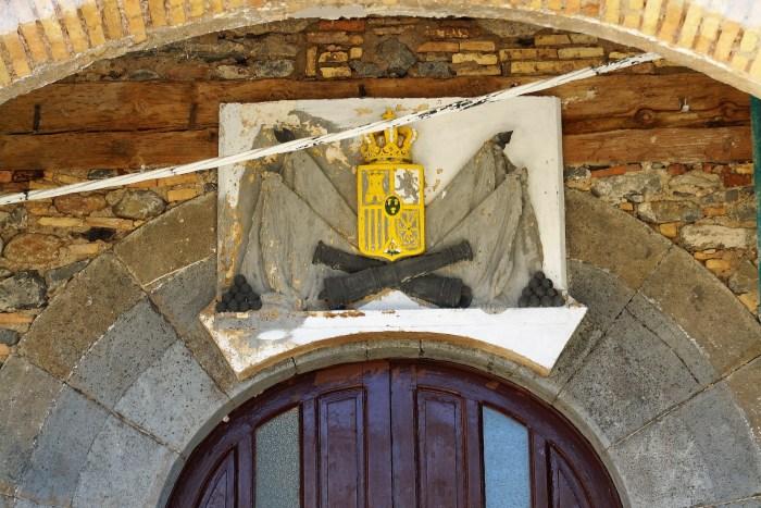 Escudo de la Ciudadela de Jaca, que se recuperó tras las obras de rehabilitación de los muros en noviembre del año pasado. (FOTO: Rebeca Ruiz)