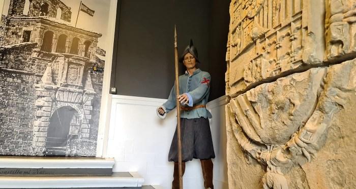 El escudo original de la espadaña de la Ciudadela de Jaca recupera su protagonismo. (FOTO: Rebeca Ruiz)