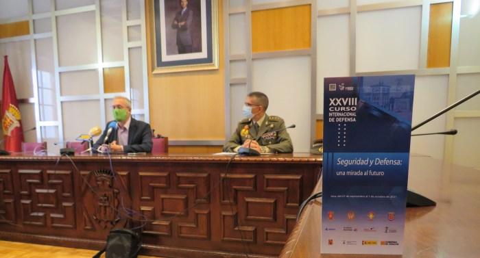 Un centenar de participantes de seis nacionalidades, en el XXVIII Curso de Defensa de Jaca. (FOTO: Ayuntamiento de Jaca)