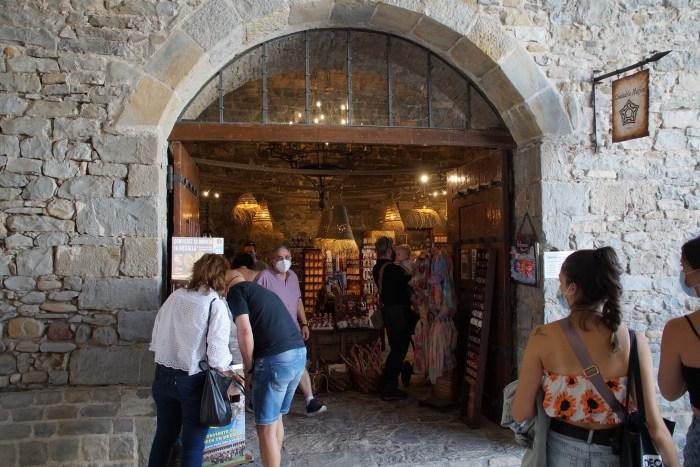 La Ciudadela de Jaca bate récord de visitantes, con cerca de 49.000 entradas en verano. En la imagen, la nueva tienda. (FOTO: Rebeca Ruiz)