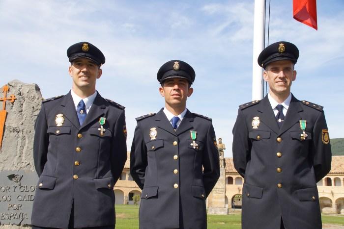 Los tres policías condecorados este miércoles. (FOTO: Rebeca Ruiz)