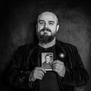 Autor, Wojciech Jachowski z portretem pradziadka, Tadeusza Jachowskiego, Powstańc Wielpolskiego