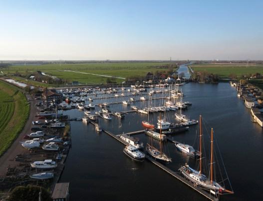 U vindt jachthaven Nauerna in Zijkanaal D van het Noordzeekanaal