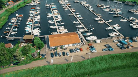 In het havengebouw vind u het havenkantoor, de werkplaatsen van de technische dienst en scheepstimmerman, brasserie Nauerna en faciliteiten als douches, toiletten en was- en droogmachine