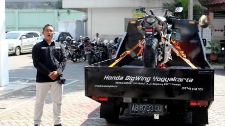 BigWing #10 – Eko Purnomo, Big Bike Consultant Astra Motor Center Yogyakarta menjelaskan mekanisme pengiriman Honda Big Bike kepada konsumen dengan menggunakan towing car khusus yang telah dibekali dengan teknologi hydraulics.
