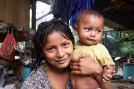 Jeune indienne et son petit frère