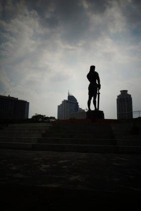 la statue lapu lapu dans le ciel de fin de journée / lapu-lapu statue in thé afternoon sky