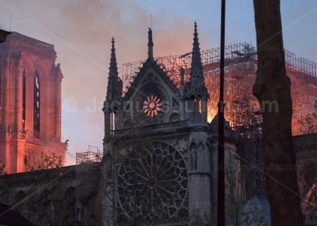 vue rapprochée de l'incendie de Notre-Dame