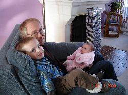 Félix et grand-papa Jacques avec la petite Chloé.