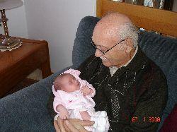Chloé dans les bras de son arrière-grand-père.