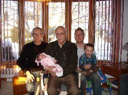 Chloé accueillie par les quatre générations d'hommes des Lanciault.