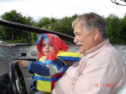 Félix et son grand-papa Jean-Pierre à bord du beau yacht de celui-ci.
