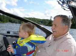 Félix et son grand-papa Jean-Pierre au volant du yacht de ce dernier.