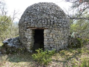 avril 2020 fabrication artisanale de petits cabanons de Provence à collobrières