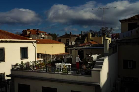 Na dachach starej dzielnicy życie toczy się normalnie swoim rytmem