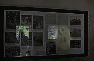 Tablica poglądowa przedstawia schemat funkcjonowania zbudowanego w roku 1912 wodociągu na Śnieżkę. Woda na szczyt była pompowana wodą. Gromadzona w górnym zbiorniku spływała do tego miejsca i napędzała turbinę Peltona, która z kolei wpompowywała wodę na szczyt do funkcjonujących tam schronisk.