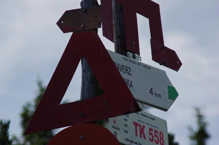 W dwudziestoleciu międzywojennym Czesi wprowadzili w Karkonoszach system piktogramów do oznaczenie szlaków wiodących do schronisk, miejscowości bądź w znane miejsca. Szczególnie są przydatne w okresie zimowym, kiedy to szadź, lód i śnieg skutecznie potrafią ukryć inne oznakowania. Na zdjęciu nieme znaki prowadzące na: Śnieżkę i Pomezní boud.