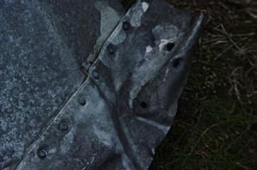 Znaleziony przy szlaku fragment poszycia rozbitego tutaj w 1945 roku transportowego Junkersa jest niemym świadectwem dramatu, który rozegrał tamtej zimy. Kawałek blachy i kilkanaście nitów. A do dzisiejszego dnia wśród obecnych mieszkańców Karpacza krążą opowieści o ich chłopięcych wyprawach przez góry do wraku samolotu. Zostaje tylko pamięć.