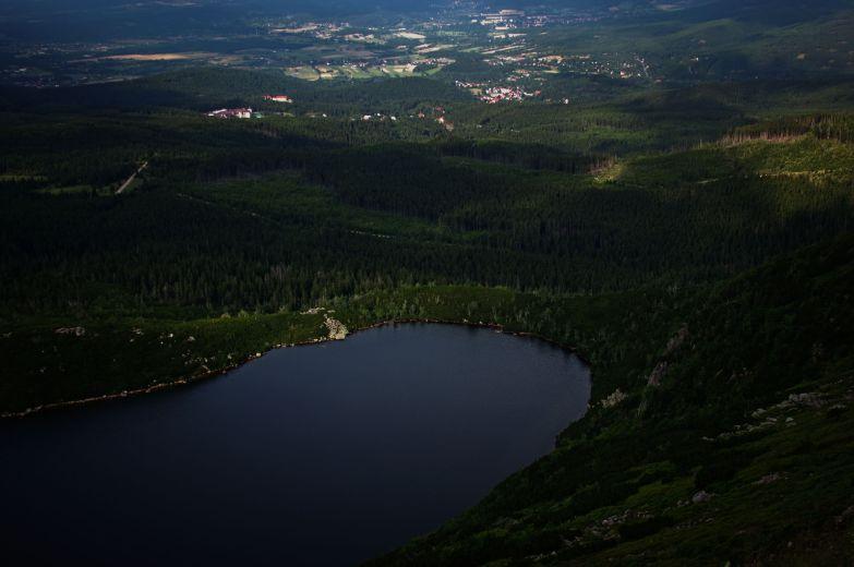 Ponad półtora kilometra linii brzegowej i 24 metry głębokości oraz powierzchnia lustra wody ponad 8 ha czyni z Wielkiego Stawu największe jezioro cyrkowe w całych Karkonoszach.