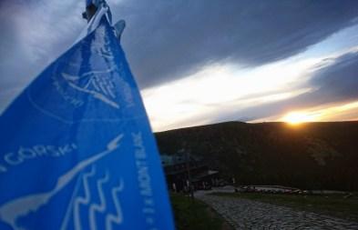 W sobotę kilkuset biegaczy kilkakrotnie wbiegało w ciągu jednego dnia na Śnieżkę, a kilka tysięcy turystów zdobyło najwyższy szczyt Sudetów od śląskiej i czeskiej strony. Przed dwudziestą w górach nie było już nikogo.