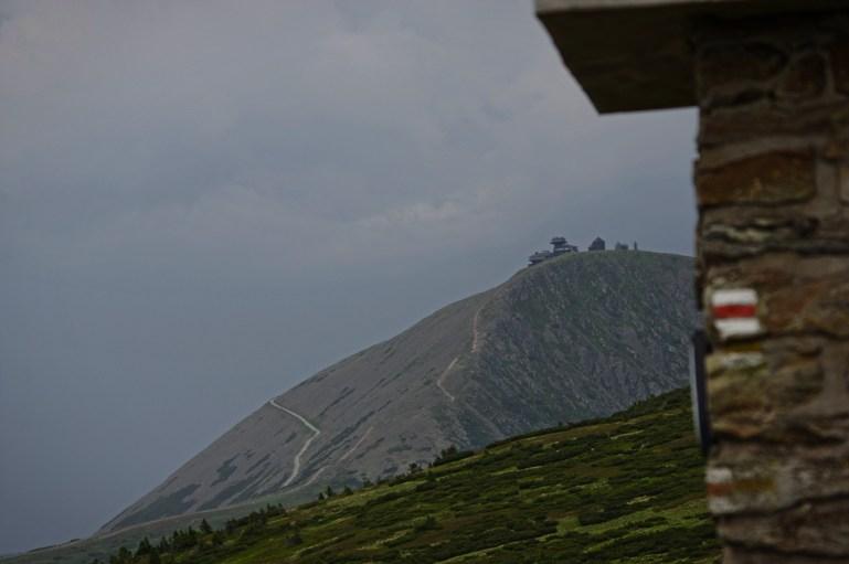 Śnieżka najwyższa góra Sudetów od południo-zachodniej strony. Obok obserwatorium meteorologicznego i kaplicy św. Wawrzyńca widoczny jest nowoczesny budynek Czeskiej Poczty. Najwyżej położony tego typu obiekt w republice naszych południowych sąsiadów.