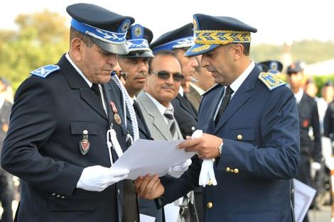 الحموشي المدير العام للأمن الوطني يُهنِّئُ شرطيًّا بوادي زم