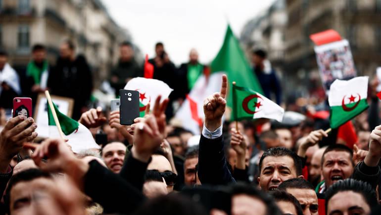 الجزائر.. إضراب يشل البلاد والحزب الحاكم يحذر من العصيان المدني ويصفه بالقرار المتهور