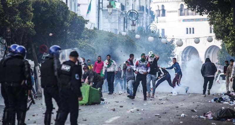 الجزائر.. مواجهات غير مسبوقة بين الأمن والمحتجين