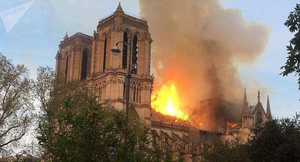 حريق كاتدرائية نوتردام باريس : فرنسا وزعماء العالم يطلقون حملة اكتتاب لإعادة بنائها