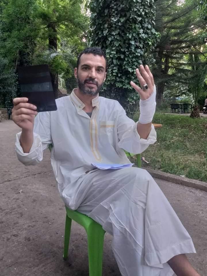 """""""فراش"""" يعتدي على صحفي أمام ذهول الحاضرين"""