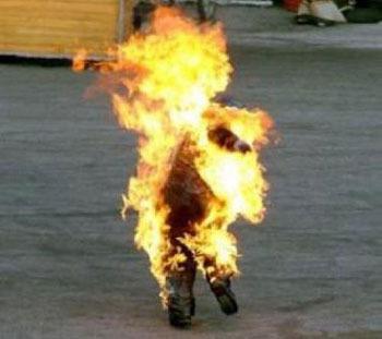 امرأة تحرق نفسها لإعتزام زوجها الزواج بامرأة ثانية