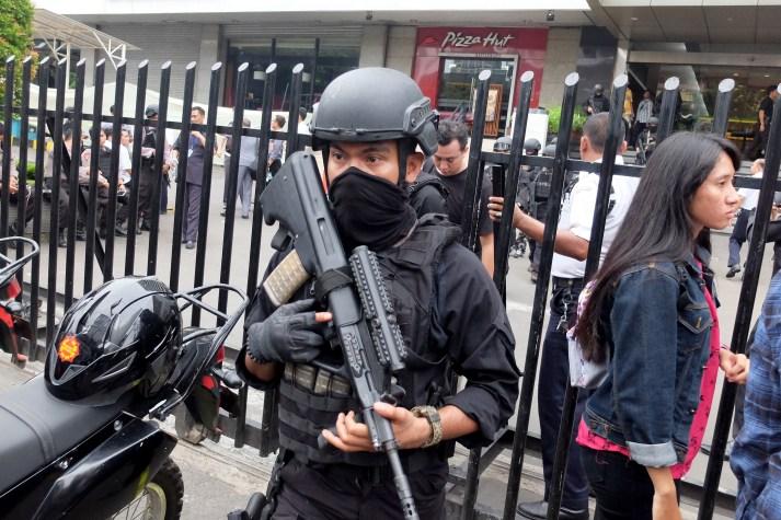 Petugas polisi mengamankan TKP serangan teror di Starbucks Thamrin, Jakarta, Kamis, 14 Januari 2015. - The Jakarta Post / Jerry Adiguna