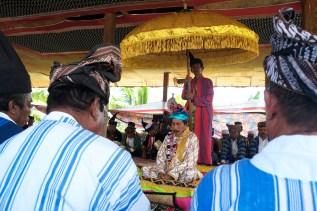Lakina Bharata Kahedupa, La Ode Saidin, duduk di kelilingi oleh para Sara (menteri dalam adat Bharata Kahedupa) dan tamu undangan saat mengikuti prosesi pelantikan Lakina Bharata Kahedupa di benteng Ollo, pulau Kaledupa, Wakatobi, Sulawesi Tenggara, 17 September 2016. - The Jakarta Post / Jerry Adiguna