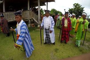 Sejumlah Sara (menteri dalam adat Bharata Kahedupa) berdiri bersama saat hadir di prosesi pelantikan Lakina Bharata Kahedupa di Benteng Ollo, pulau Kaledupa, Wakatobi, Sulawesi Tenggara, 17 September 2016. - The Jakarta Post / Jerry Adiguna