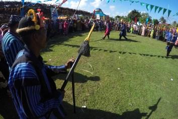 Prajurit adat Bharata Kahedupa memperagakan tarian perang tradisional saat mengikuti prosesi arak-arakan pelantikan Lakina Bharata Kahedupa dari benteng Ollo ke alun-alun Kaledupa, Wakatobi, Sulawesi Tenggara, 17 September 2016. - The Jakarta Post / Jerry Adiguna