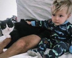 Ces parents filment une adorable conversation entre leur bébé et leur chatte