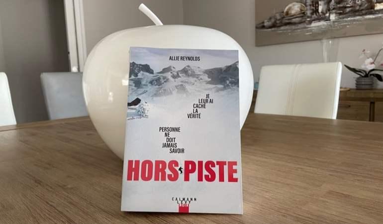 montagne neige sommets livre table pomme chaises