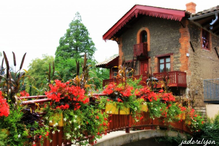 Be enchanted by flowery bridges