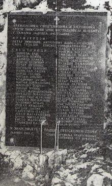 Ова спомен – плоча пред Шарановом јамом подигнута је тек 1983. године, што такође на свој начин говори о систематском прикривању истине о геноциду у НДХ