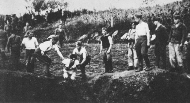Оригиналан снимак- Усташе код Ливна бацају Србе у јаму крајем јула или почетком августа 1941. (Фото: wikipedia.org)