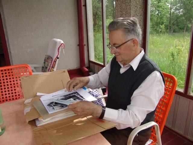 Др Ђуро Затезало у Доњим Дубравама 2006. са готовим материјалом за двотомну студију Јадовно.