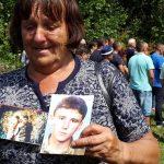 """Радушка Павловић, која је у току рата, 1992. године остала без мужа, а 1995. без сина на откривању спомен-плоче за 64 српска војника и цивила које су измасакрирали муџахедини прије 22 године у злогласном кампу """"Гостовићи""""."""
