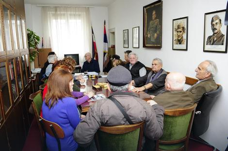 Чланови удружења логораша Јасеновац на састанку у просторијама Савеза бораца НОБ-а