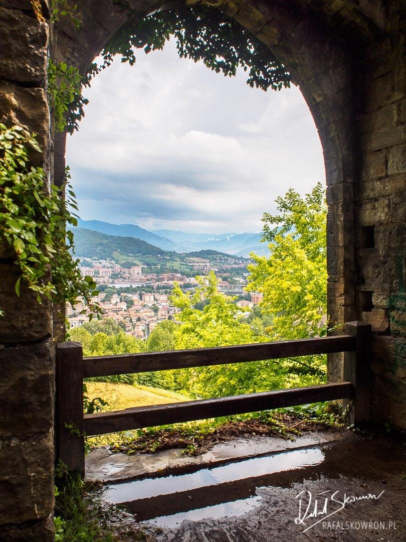 Widok z zamku na góry w Bergamo