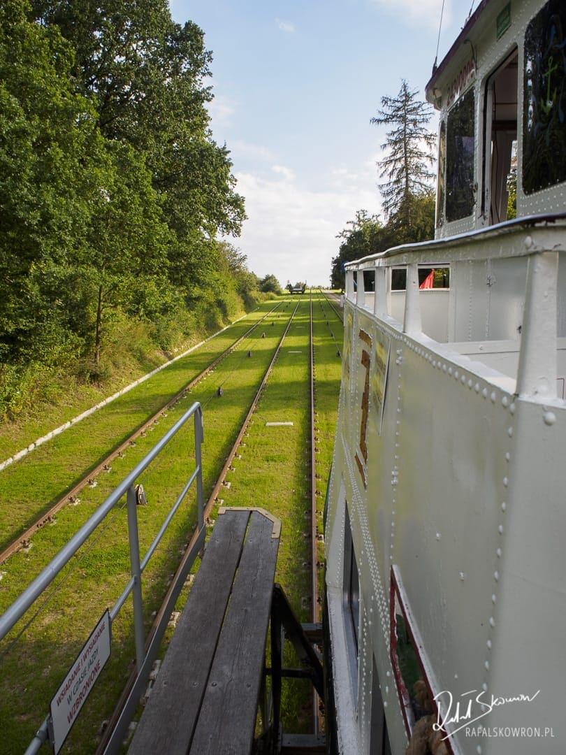 Statkiem po trawie - wciąganie na pochylnię