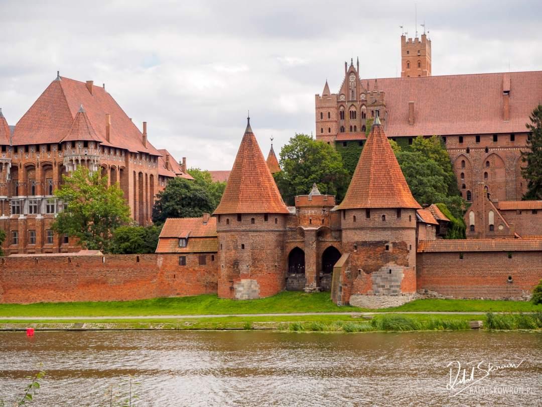 Widok na jedną z bram zamku Malbork