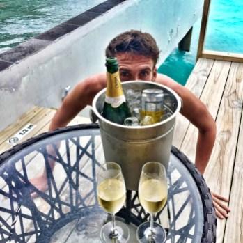 Flitterwochen Malediven: Zeit für Champagne