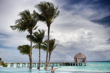 Flitterwochen Malediven: der Hauptpool, am See
