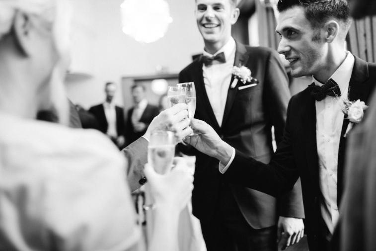 Wir heben das Glas auf das neue Ehepaar